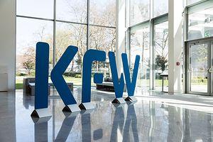 Themenbild: KfW Logo Eingangsbereich Zentrale FFM