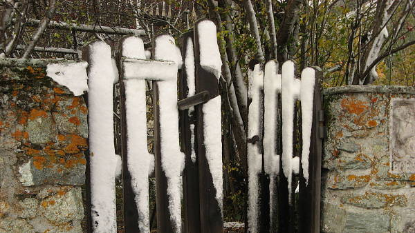 Themenbild: Gartenzaun schneebedeckt