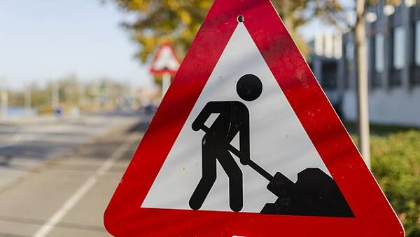 Themenbild: Schild Straßenbauarbeiten