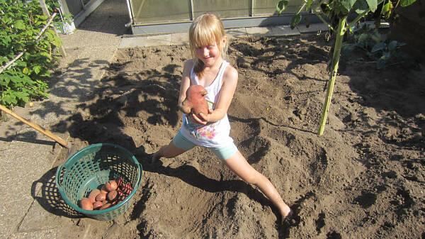 Themenbild: Kind im Garten