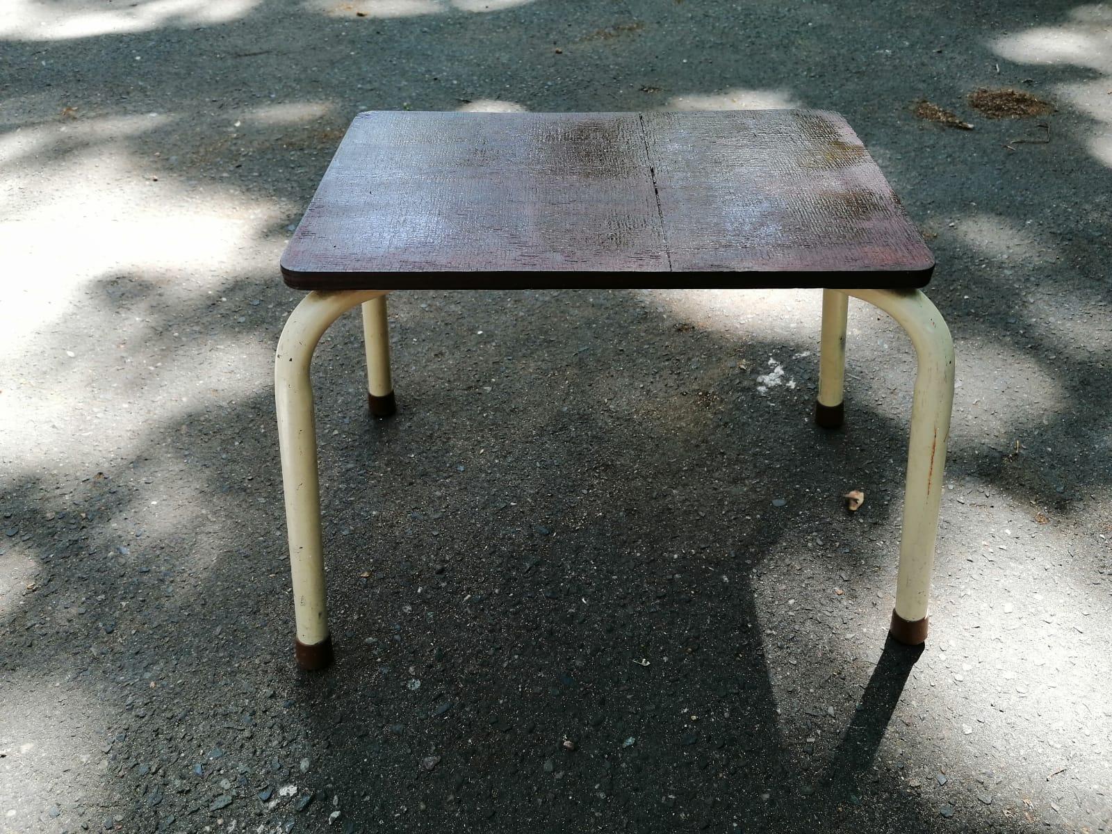 Hocker mit aufgearbeiteter Sitzfläche
