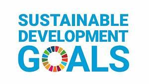 Logo Sustainable Development Goals. Die drei Wörter stehen in blauer Farbe und Großbuchstaben untereinander. Das