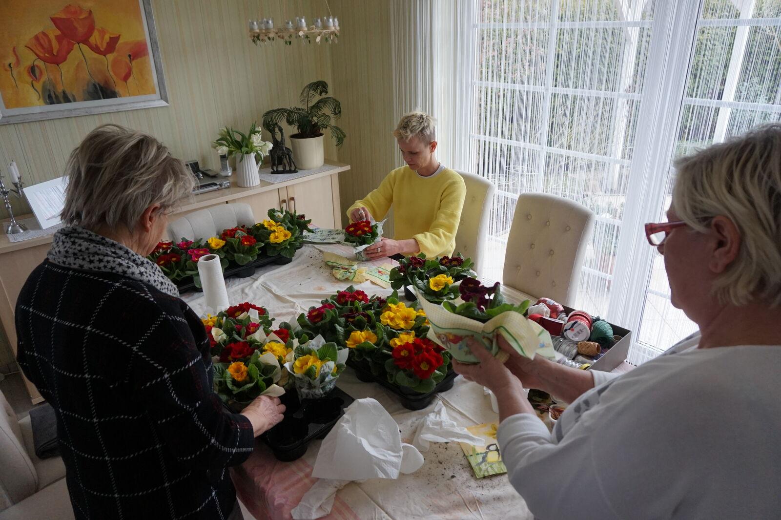 Fleißige Hände, Christa, Gerlinde und Tini bereiten alles vor!