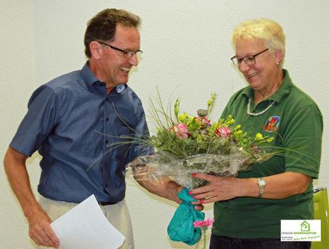 Peter Sitte verabschiedet Lydia Klosowski aus dem Bezirksvorstand.