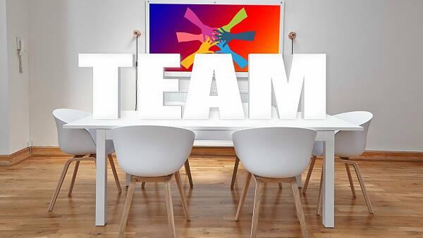 Themenbild: Konferensraum mit Schriftzug TEAM