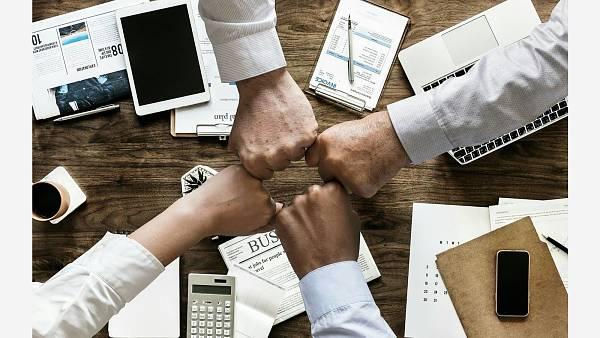 Themenbild: Partner Handschlag Gemeinschaft