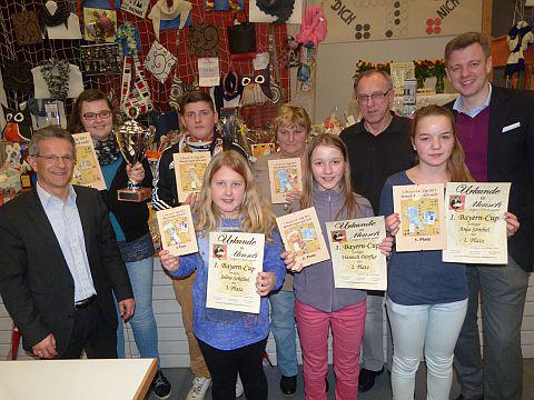 Landrat Dr. Oliver Bär und Bürgermeister Karl Philipp Ehrler sowie der Vorsitzende der Siedlergemeinschaft Stammbach mit den Siegern des 1. Bayerncup´s