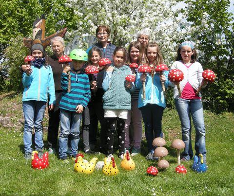 Kinder der Gartenbau-AG aus Oberlauchringen mit ihren Deko-Objekten.