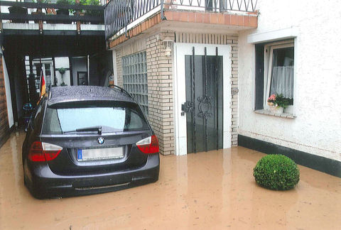 Hauseinfahrt im Hochwasser