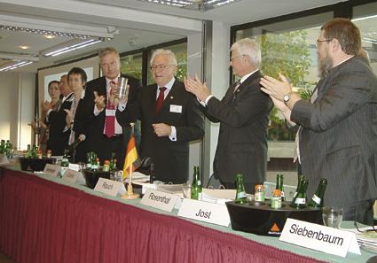 Alt-Präsident Alfons Löseke mit dem Ehrenbecher