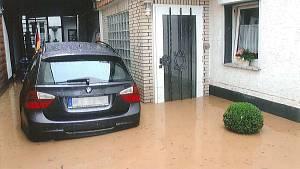 Haus und Garage bei Hochwasser