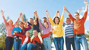 fröhliche Menschen recken die Hände in die Luft