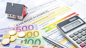 Haus mit Energieausweis, Geld und Taschenrechner