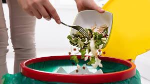 Lebensmittel werden in eine Mülltonne entsorgt.
