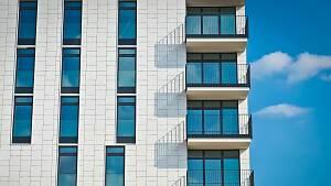 Hochhaus mit Balkonen
