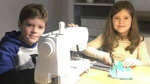 ein Mädchen und ein Junge mit einer Nähmaschine