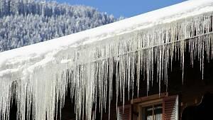 Haus mit Eiszapfen und Schnee