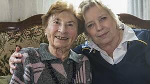 Eine Seniorin mit ihrer Tochter