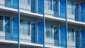 Blick auf Wohnblock mit blauen Balkonen