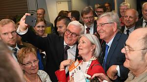 Der Bundespräsident Frank-Walter Steinmeier inmitten von Besuchern