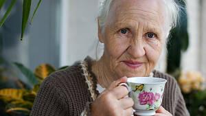 Ältere Frau mit Teetasse