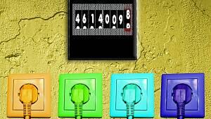 Vier farbige Steckdosen und ein Stromzähler