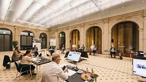 Ein großer Raum, in dem mehrere Menschen verteilt an Bildschirmen sitzen.