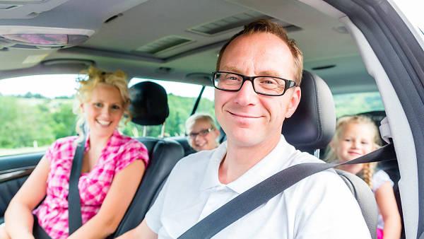 Themenbild: Familie im Auto