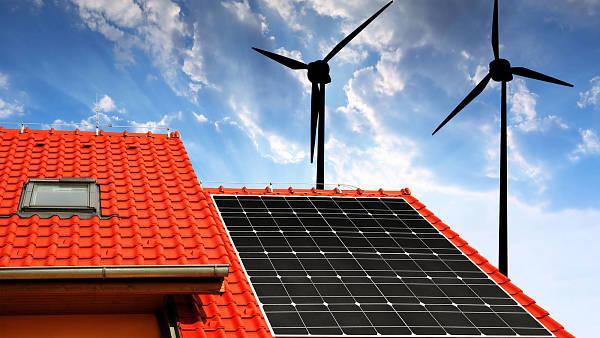 Themenbild: Hausdach mit Solarzellen und Windkraftanlage