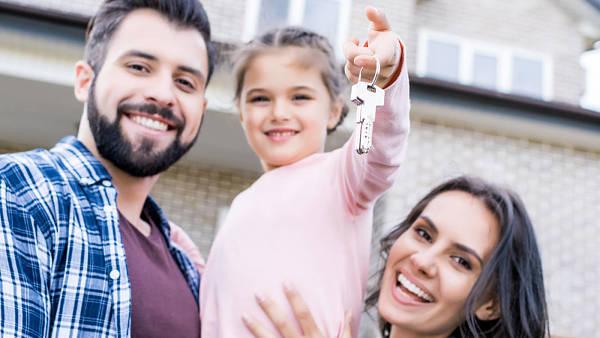 Themenbild: Familie mit Haus
