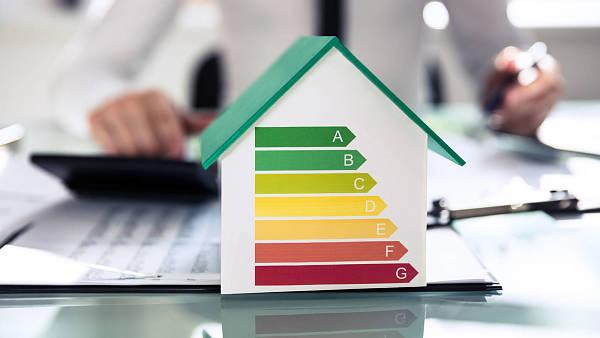 Themenbild: Haus mit Klimadiagramm auf einem Schreibtisch