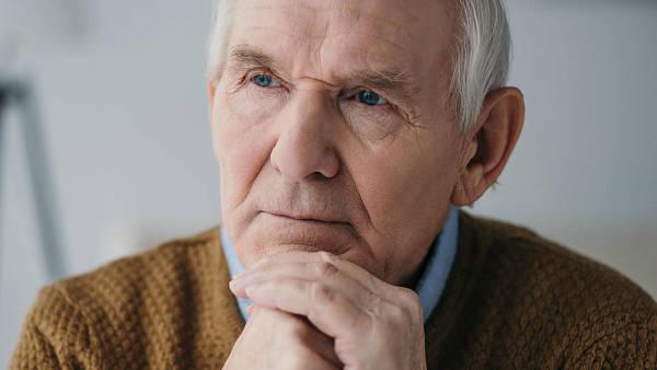 Themenbild: nachdenklicher älterer Herr