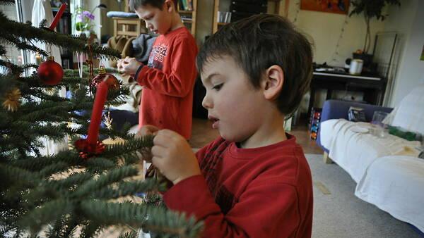 Themenbild: Kind am Weihnachtsbaum