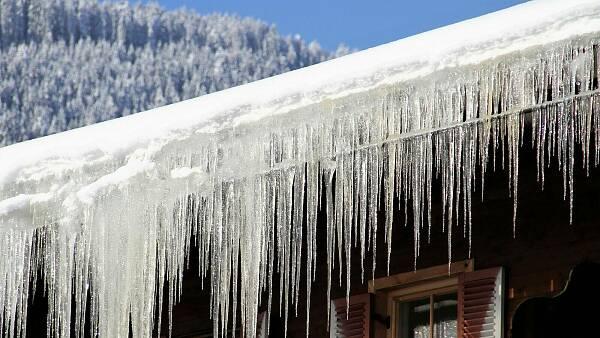 Themenbild: Haus mit Eiszapfen und Schnee