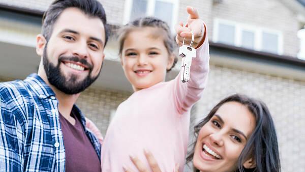 Themenbild: Familie mit neuem Haus