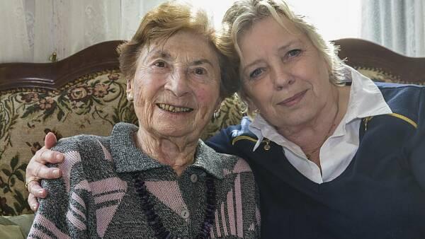 Themenbild: Eine Seniorin mit ihrer Tochter