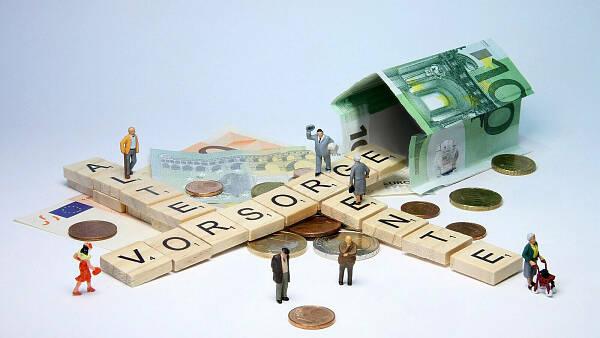 Themenbild: Miniaturfiguren auf Buchstaben, die die Wörter Alter, Rente und Vorsorge bilden
