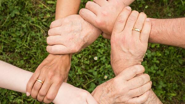 Themenbild: 5 Hände die einen Kreis bilden