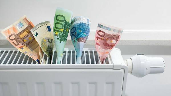 Themenbild: Ein Heizkörper mit Geldscheinen