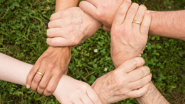 Themenbild: Hände halten zusammen