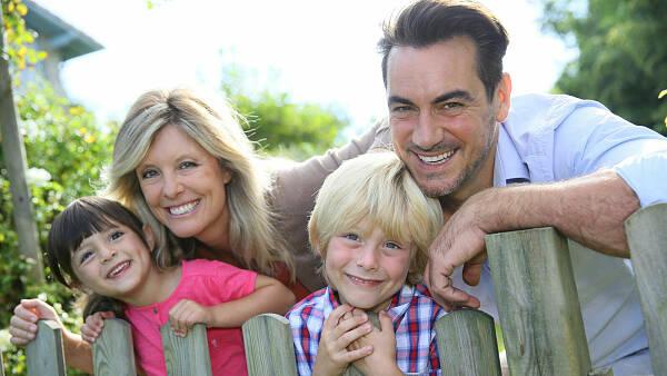 Themenbild: Familie am Gartenzaun