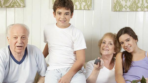 Themenbild: Familie auf Sofa