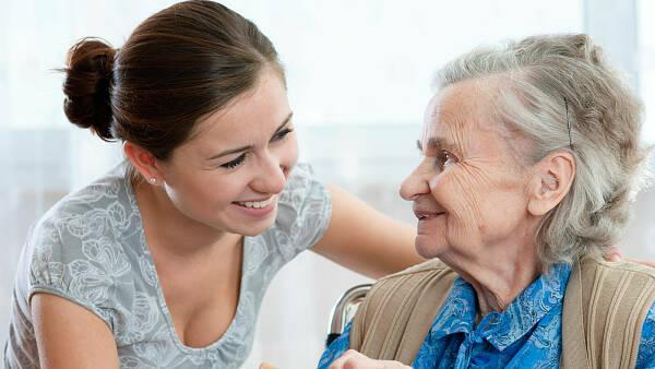 Themenbild: junge Frau mit älterer Frau