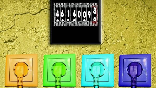 Themenbild: Vier farbige Steckdosen und ein Stromzähler