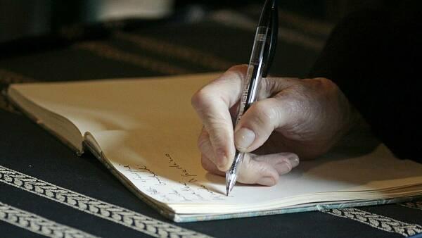 Themenbild: Hand schreibt