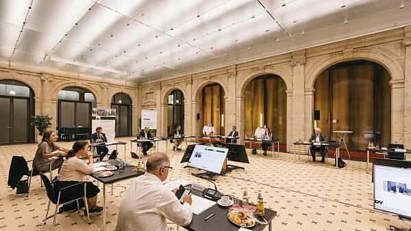 Themenbild: Ein großer Raum, in dem mehrere Menschen verteilt an Bildschirmen sitzen.