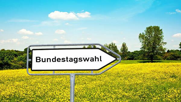 Themenbild: Verkehrsschild mit der Aufschrift Bundestagswahl