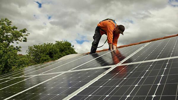 Themenbild: Solarpanele verlegen