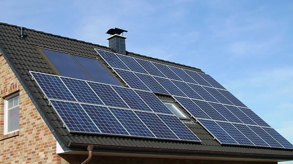 Themenbild: Dach mit Photovoltaik