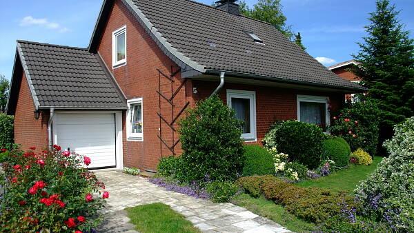 Themenbild: Einfamilienhaus mit Vorgarten